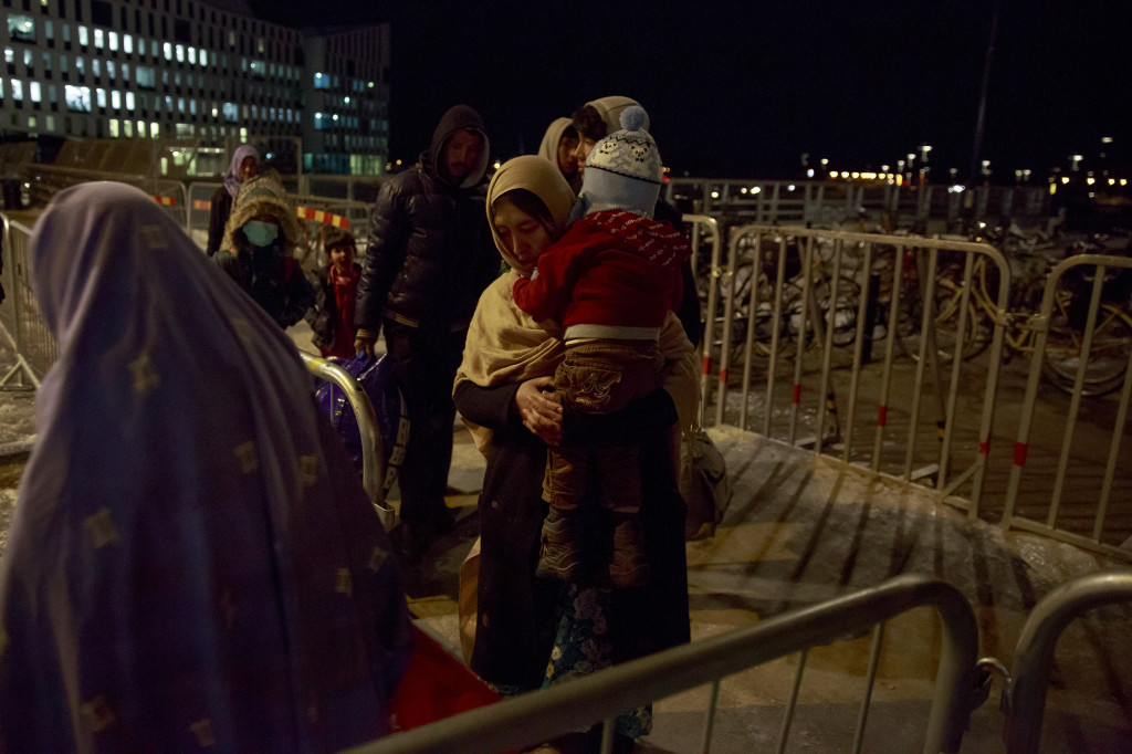flyktingkatastrofen. efter att inte fått plats i migrationsverkets lokaler sover flyktingar i s:t johannes kyrkan i malmö