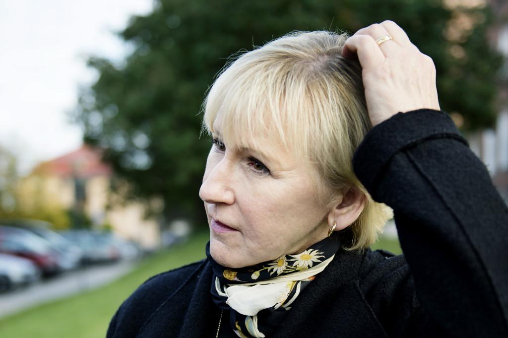 flyktingkatastrofen. margot wallström, politiker (s) sverige utrikesminister, besöker stockholms största tranistboende för flyktingbarn i frans schartaus handelsinstitut allvarlig fundersam